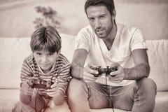 Het spelen van de vader en van de zoon videospelletjes stock illustratie