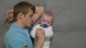 Het spelen van de vader met baby stock footage