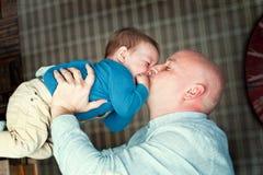 Het spelen van de vader met zijn zoon Royalty-vrije Stock Afbeelding