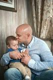 Het spelen van de vader met zijn zoon Stock Foto