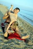 Het spelen van de vader met zijn zoon op het strand Royalty-vrije Stock Afbeelding