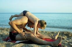 Het spelen van de vader met zijn zoon op het strand Royalty-vrije Stock Foto
