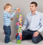 Het spelen van de vader met zoon Royalty-vrije Stock Foto's