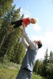 Het spelen van de vader met zoon stock afbeeldingen