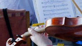 Het spelen van de viool in het orkest stock footage