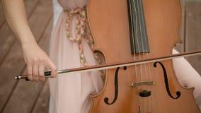 Het spelen van de vrouw Cello stock footage