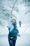 Het spelen van de vrouw in de wintersneeuw Stock Foto's