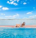 Het spelen van de vrouw door zwembad Royalty-vrije Stock Fotografie