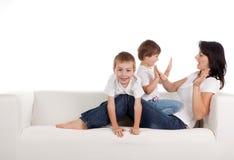 Het spelen van de vrouw en van kinderen Stock Fotografie