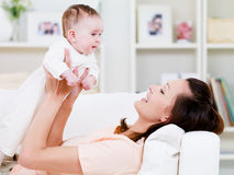Het spelen van de vrouw met baby Royalty-vrije Stock Foto