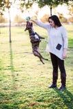 Het spelen van de vrouw met haar hond Stock Foto's