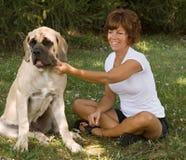 Het Spelen van de vrouw met Hond Stock Afbeelding