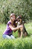 Het spelen van de vrouw met hond in park Royalty-vrije Stock Foto