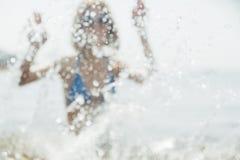 HET SPELEN VAN DE VROUW MET WATER Stock Foto's