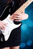 Het spelen van de vrouw op gitaar stock foto