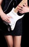 Het spelen van de vrouw op gitaar stock afbeeldingen
