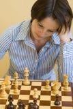 Het spelen van de vrouw schaak Royalty-vrije Stock Foto's