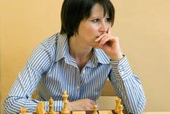 Het spelen van de vrouw schaak Royalty-vrije Stock Foto