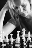 Het spelen van de vrouw schaak Stock Afbeelding