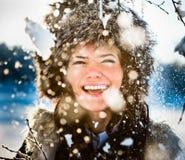 Het spelen van de vrouw in sneeuw stock fotografie