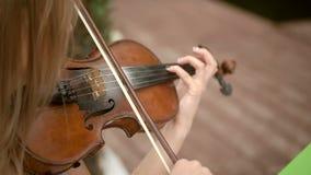 Het spelen van de vrouw viool stock videobeelden