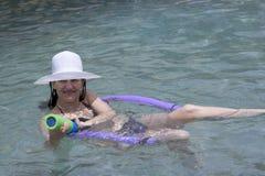 Het spelen van de vrouw in zwembad royalty-vrije stock afbeelding