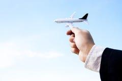 Het spelen van de zakenman met een stuk speelgoed vliegtuig Stock Foto