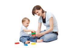 Het spelen van de zoon met moeder Stock Foto's