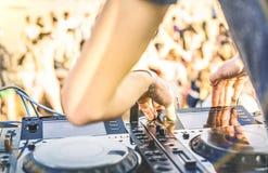 Het spelen van DJ bij het strandpartij van het de zomerfestival Stock Foto's