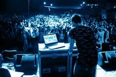 Het Spelen van DJ in een Club stock afbeeldingen