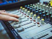 Het spelen van DJ op professioneel het mengen zich controlemechanisme macroschot stock afbeelding