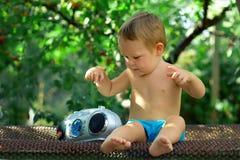 Het spelen van DJ van de baby met retro registreertoestel in tuin stock afbeeldingen