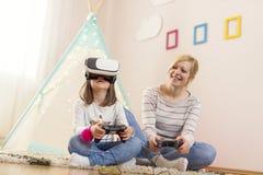 Het spelen van een virtueel werkelijkheidsspel Stock Fotografie
