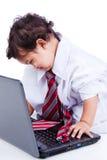 Het spelen van het jonge geitje met de kleren en de computer van de vader Royalty-vrije Stock Fotografie