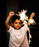 Het spelen van het jonge geitje met voetzoekers op Festival Diwali royalty-vrije stock afbeeldingen
