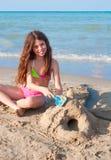 Het spelen van het jonge geitje op het strand Stock Afbeeldingen