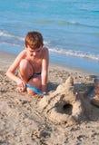 Het spelen van het jonge geitje op het strand Royalty-vrije Stock Fotografie