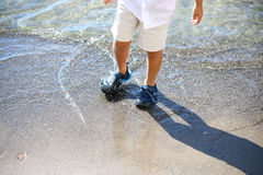Het spelen van het jonge geitje op het strand Royalty-vrije Stock Afbeelding