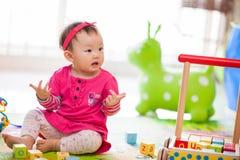 Het spelen van het jonge geitje speelgoed Stock Fotografie