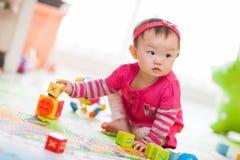 Het spelen van het jonge geitje speelgoed royalty-vrije stock foto's