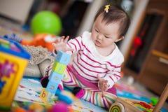 Het spelen van het jonge geitje speelgoed Stock Foto