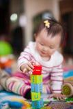 Het spelen van het jonge geitje speelgoed Stock Afbeelding