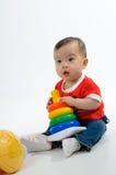 Het spelen van het jonge geitje stuk speelgoed Royalty-vrije Stock Foto's