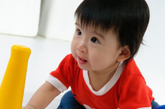 Het spelen van het jonge geitje stuk speelgoed Stock Foto's