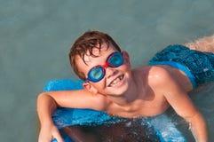 Het spelen van het jonge geitje in water Royalty-vrije Stock Fotografie