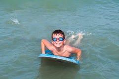 Het spelen van het jonge geitje in water Royalty-vrije Stock Foto's