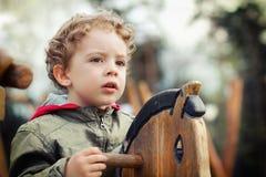 Het Spelen van het kind bij het Park op Paard stock fotografie