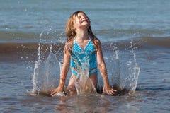 Het spelen van het kind in de oceaan Stock Afbeelding