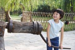 Het spelen van het kind jenever Stock Afbeelding