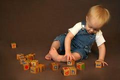 Het Spelen van het kind met Blokken stock foto